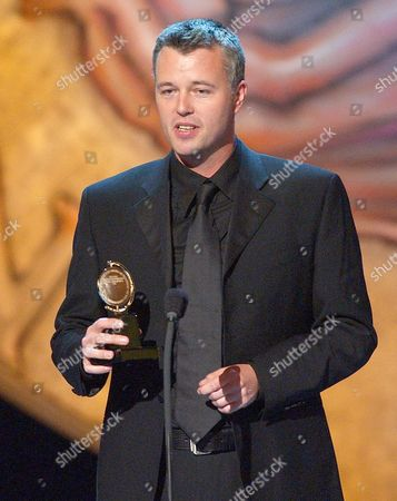 """HATLEY Tim Hatley accepts the Tony for best scenic design, for """"Private Lives,"""" during the 56th annual Tony Awards, at New York's Radio City Music Hall"""