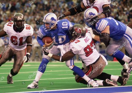 RICE BATCH Tampa Bay Buccaneers defensive end Simeon Rice (97) sacks Detroit Lions quarterback Charlie Batch (10) for a 2-yard loss at the 3-yard line in the third quarter at the Silverdome in Pontiac, Mich., . Tampa Bay defeated the Lions 20-17