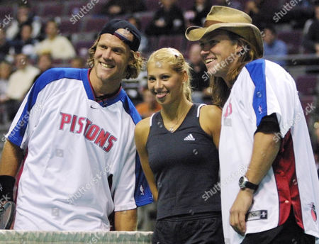 KOURNIKOVA JENSEN Anna Kournikova, center, jokes around with Murphy Jensen, left, and Luke Jensen, right, after their exhibition doubles match at the Holiday Classic Challenge, in Auburn Hills, Mich. The Jensen brothers, from Ludington, Mich., are the 1993 French Open doubles champions
