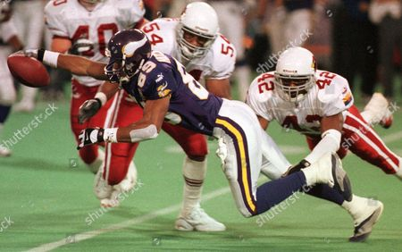 HATCHETTE LASSITER SANYIKA Minnesota Vikings wide receiver Matthew Hatchette (89) holds onto the pass from quarterback Daunte Culpepper and stretches for a first down as Arizona Cardinals safety Kwamie Lassiter (42) and line backer Sekou Sanyika (54) come in for the tackle in the second quarter in Minneapolis