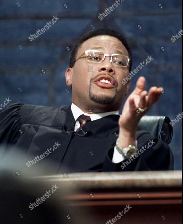 "MATHIS 3-4--Television Judge Greg Mathis presides over court during the taping of his show ""Judge Mathis"", in Chicago. Mathis, the tough-talking, popular television judge says he did what everyone else was doing to make it in the projects on Detroit's west side, his neighborhood during the 1970's. At age 11, he joined a gang. Mathis is taking his message of hope to 29 cities in a play loosely based on his life called ""Been There Don That"