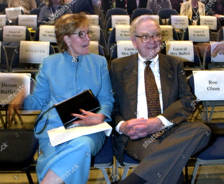 BUFFETT FILE** Warren Buffett, chairman of Berkshire Hathaway, sits with his wife Susan before the opening of the annual Berkshire Hathaway shareholders meeting in Omaha, Neb., in an April 28, 2001 photo. Susan T. Buffett died, of a stroke while visiting friends in Cody, Wyo., Buffett's company said. She was 72