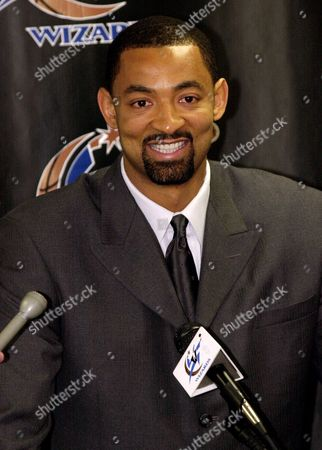 Stock Image of HOWARD Juwan Howard, formerly of the Washington Wizards, smiles during a news conference to announce his trade to the Dallas Mavericks during halftime of the Wizards-Sacramento Kings game, at the MCI Center in Washington. Howard was traded to Dallas along with Calvin Booth and Obinna Ekezie for Dallas' Christian Laettner, Hubert Davis, Loy Vaught, Courtney Alexander, Etan Thomas and $3 million