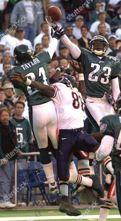 """VINCENT TAYLOR BOOKER Philadelphia Eagles' Troy Vincent, right, and Bobby Taylor, left, break up a last second """" Hail Mary"""" touchdown pass attempt for Chicago Bears' Marty Booker, center, in Philadelphia. The Eagles won 13-9"""