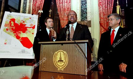 """CUMMINGS O""""MALLEY PREWITT Rep. Elijah Cummings, D-Md., center, Baltimore Mayor Martin O'Malley, left, and the Director of the U.S. Census Bureau Kenneth Prewitt speak during a news conference to encourage the residents of Maryland to fill out their census forms in Baltimore"""