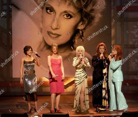 "JUDD In a tribute to country legend Tammy Wynette (background photo), Martina McBride, left, Patty Loveless, second from left, Dolly Parton, center, Wynona Judd, second from right, and Naomi Judd sing ""Stand By Your Man,"" at the 35th Annual Academy of Country Music Awards in Universal City, Calif"