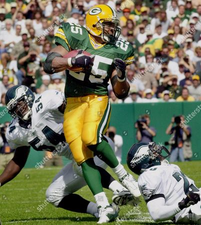 LEVENS TROTER DAWKINS Green Bay Packers running back Dorsey Levens (25) gets by Philadelphia Eagles' Jeremiah Trotter (54) and Brian Dawkins (20) on a run in the first quarter, in Green Bay, Wis