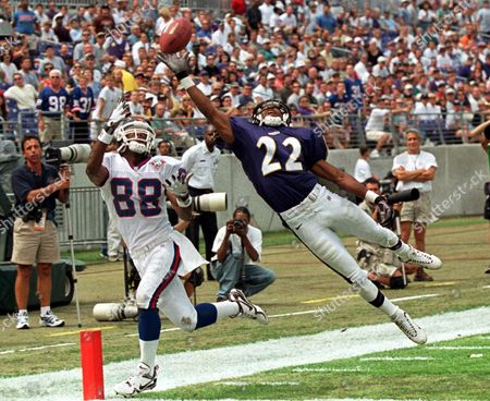HILLIARD STARKS Baltimore Ravens' Duane Starks (22) deflects a pass intended for New York Giants' Ike Hilliard (88) during the first quarter in a preseason game, at PSINet Stadium in Baltimore. Starks was called for pass interference, and the Giants scored on the drive