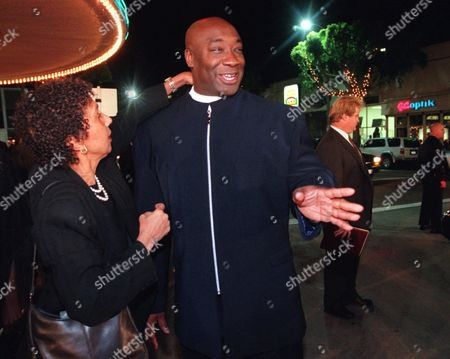 "DUNCAN ROBINSON Actor Michael Clarke Duncan, who plays a prison inmate in the new film ""The Green Mile,"" gets some last-minute primping from his manager Dolores Robinson before walking onto the red carpet at the premiere of the film, in the Westwood section of Los Angeles"