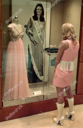 ALDERSON Dressed in 1960's clothing for the making of a Miss America Pageant video, Miss Tennessee, Allison Alderson, looks at a display honoring 1971 Miss America Phyllis George at the pageant's offices in Atlantic City, N.J. . The video, which had an Austin Powers theme, will be broadcast during the pageant final Sept. 18