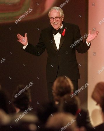 """ROBARDS Actor Jason Robards receives a standing ovation as he takes the stage at the 6h Annual Screen Actors Guild Awards in Los Angeles, . Robards introduced a film clip from the nominated film """"Magnolia,"""" in which he has a supporting role"""
