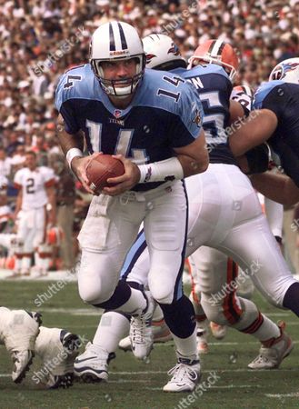 O'DONNELL Tennessee Titans backup quarterback Neil O'Donnell prepares to hand the ball off against the Cleveland Browns on Sept. 19, 1999, in Nashville, Tenn. O'Donnell turned down more money from the Tampa Bay Buccaneers to remain as the Tennessee Titans' backup quarterback, agent Leigh Steinberg said . Steinberg said O'Donnell likely will sign a new three-year contract next week