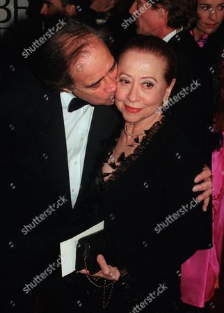 """MONTENEGRO COHN Actress Fernanda Montenegro, nominated for Actress, Drama, for her performance in the film """"Central Station,"""" gets a kiss from the film's producer Arthur Cohn at the arrivals of the 56th Annual Golden Globe Awards, at the Beverly Hilton in Beverly Hills, Calif"""