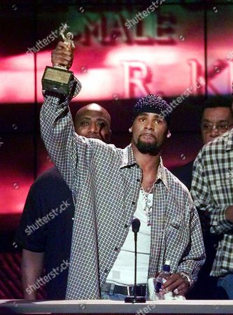 """R. Kelly accepts the Sammy Davis Jr. Award for Male """"Entertainer of the Year"""" at the 13th annual Soul Train Music Awards, in Los Angeles"""
