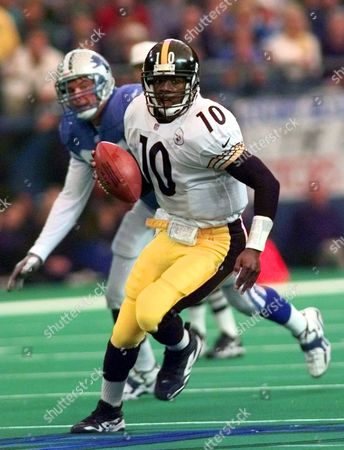 STEWART BOYD Pittsburgh Steelers quarterback Kordell Stewart (10) breaks away from Detroit Lions linebacker Stephen Boyd during the first quarter at the Silverdome in Pontiac, Mich