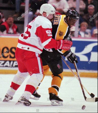 MURPHY CARTER Detroit Red Wings' Larry Murphy (55) defends against Boston Bruins' Anson Carter during the first period in Detroit on