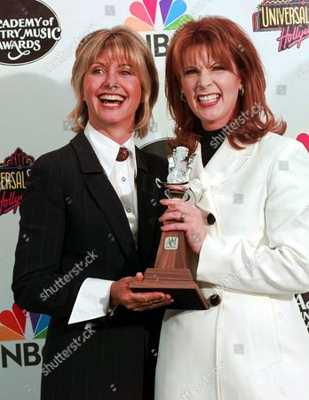 NEWOTON-JOHN LOVELESS Top Female Voclaist, Patty Loveless, right, and presenter Olivia Newton-John pose backstage at the 32nd Academy of Country Music Awards, in Universal City, Calif