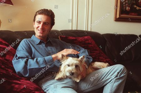 YVES-JEAN THIBAUDET EAPN ADVANCE FOR SUNDAY, SEPT. 29--Pianist Jean-Yves Thibaudet relaxes with his dog in his New York apartment . Thibaudet, 35, was born in France but lives primarily in New York where he has recently been recording both classical and jazz albums