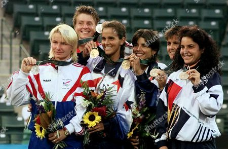 VICARIO The Olympic medal winners show off their prizes at the Stone Mountain Tennis Center . From left, the Czech Republic team of Jana Novotna and Helena Sukova won the silver, the Americans Mary Joe Fernandez and Gigi Fernandez won the gold and the Spanish team of Conchita Martinez and Arantxa Sanchez Vicario won the bronze