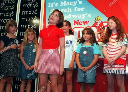 """PACITTI Joanna Pacitti, 12, center, from Philadelphia, sings during tryouts for the new production of the musical """"Annie"""" in New York. . Pacitti was chosen after a three-month, five-city search to play America's favorite orphan in the 20th anniversary production of the musical which will arrive on Broadway next spring"""