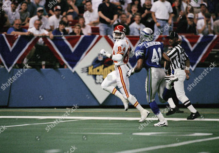 Willie Davis Willie Davis (84) of the Kansas City Chiefs races to the end zone to complete a 60-yard touchdown catch from Chiefs quarterback Steve Bono during the first quarter, in Seattle against the Seahawks. Trailing the play for Seattle is Eugene Robinson (41