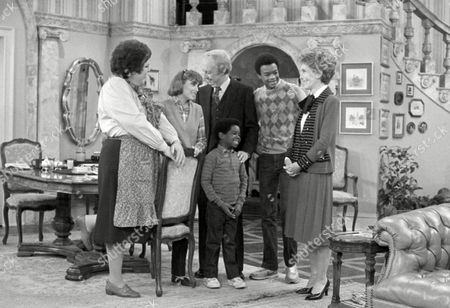 "First Lady Nancy Reagan First Lady Nancy Reagan chats with cast members of the television series "" Diff'rent Strokes"" on the set in Los Angeles Thursday. Mrs. Reagan made a special guest appearance on the show to help deliver an anti-drug abuse message. From left are Mary Jo Catlett, Dana Plato, Conrad Bain, Todd Bridges, and Gary Coleman, center. The show will air March 19"