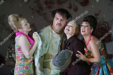Joan Rodgers (Nella), Bryn Terfel (Gianni Schicchi), Elena Zilio (Zita) and Marie McLaughlin (La Ciesca)