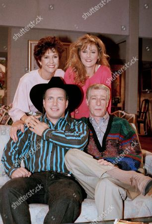 """Watchf Associated Press Domestic News Entertainment Louisiana United States APHS55379 GARTH BROOKS VISITS CAST OF EMPTY NEST Country music singer Garth Brooks, lower left, poses with """"Empty Nest"""" cast members Richard Mullingan and, from top left, Kristy McNichol and Park Overall during taping of the NBC series in Los Angeles . Brooks guest-stars as himself"""