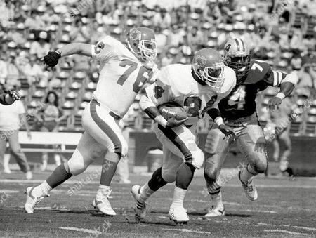 Herschel Walker New Jersey Generals Herschel Walker, center, goes down field to make a first down past General's Bryan Millard, left, and Los Angeles Express' Dennis Edwards during the first quarter of their USFL game in Los Angeles