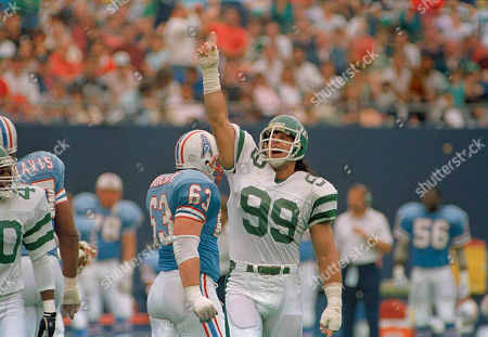 Mark Gastineau, Mike Munchak New York Jets Mark Gastineau responds to cheering fans during the Jets 45-3 win over the Houston Oilers in East Rutherford, N.J., . Oilers Mike Munchak appears at left