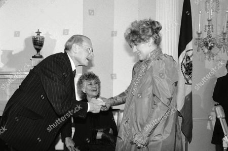 Laurence Olivier Sir Laurence Olivier bends to kiss the hand of Tammy Grimes who sang at the reception for Sir Laurence given by Mayor Ed Koch at Gracie Mansion in New York on . Joan Plowright, wife of Olivier, is between Sir Laurence and Tammy Grimes