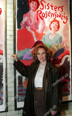 """MADELINE KAHN Madeline Kahn, starring in the Wendy Wasserstein play """"The Sisters Rosensweig,"""" poses outside the Mitzi E. Newhouse Theater Nov. 9, 1992. Kahn, an Oscar-nominated actress and comedian best known for her work in """"Paper Moon"""" and """"Blazing Saddles,"""" died, of ovarian cancer. She was 57"""