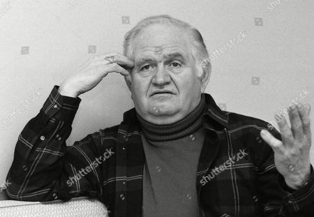 "Actor Robert Prosky, seen during an interview in New York,, plays an aging real estate salesman in the Broadway drama, ""Glengarry Glen Rose."" The play by David Mamet has been awarded the 1984 Pulitzer Prize for drama"
