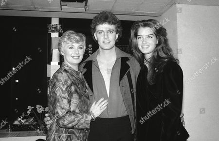 "Model Brooke Shields, right, poses with actor Patrick Cassidy and his mother, actress Shirley Jones, backstage after his performance in the show, ""Pirates of Penzance,"" in New York"