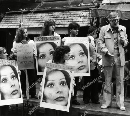 Comedian Pat Cooper calls for the release of Italian actress Sophia Loren during a rally, in New York's Little Italy. The screen star is serving a jail sentence in Italy on tax evasion charges