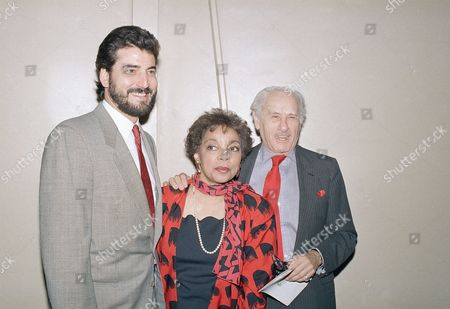 New York Mets first baseman Keith Hernandez, left, actress Ruby Dee and actor Eli Wallach pose for photographers just prior to the induction ceremonies at the Theater Hall of Fame, in New York City. Hernandez was present to accept for inductee Danny Kaye