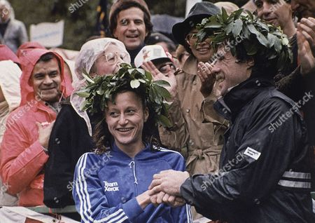 Grete Waitz and male winner Rod Dixon, pose with their garland head wreaths after winning the New York City marathon on in New York. Waitz is from Norway and Dixon is from New Zealand