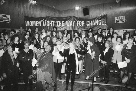 """Judy Collins, center, leads others in the making of the """"Women Singing For Clinton/Gore and Democratic Victory '92"""" video in New York, . The new music video, staring Collins, Maureen McGovern, Odetta, Bella Abzug, Phoebe Snow and some 100 others, is to be an """"anthem"""" for this week's Torchlight Parade in New York and simultaneous parades in 20 other states"""