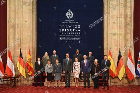 Queen of Spain Queen Letizia (CR), King Felipe VI (CL), Mary Beard (2nd L), Siddharta Kaul (2nd CR), Hugh Herr (R), Nuria Espert (2nd R), James Nachtwey (4rd L), Javier Gomez Noya (L), Richard Ford (4rd R), Patricia Espinosa (2nd CL),