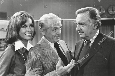 """TV news commentator Walter Cronkite, right, meets with actor Ted Baxter and actress Mary Tyler Moore as he makes an appearance at the """"Mary Tyler Moore Show,"""" in Los Angeles, Calif., on"""