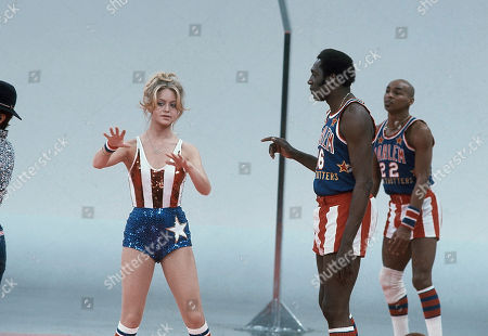 Goldie Hawn, left, works with Meadowlark Lemon, star of Harlem Globetrotters Basketball team and Curly Neal, for the Goldie Hawn TV on. Lemon, at age 45, has performed with the famed basketball team for more than 20 years. Goldie Hawn, Lemon, and members of the Harlem Globtrotters will appear on the television special