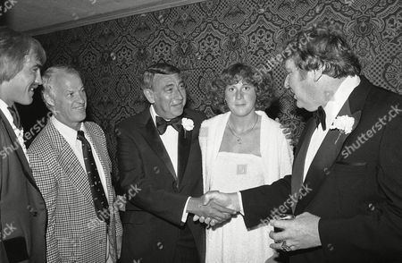 Gordie Howe, John Madden, Howard Cosell, Nancy Lieberman Veteran sportscaster Howard Cosell, second from left, shakes hands with former football coach John Madden at a dinner honoring Cosell, in New York. Cosell received the Sports Torch of Learning Award of the American Friends of the Hebrew University at the dinner, which also was a memorial to the 11 Israeli athletes who died at the 1972 Munich Olympic Games. Also attending the dinner were hockey great Gordie Howe, left, and basketball player Nancy Lieberman