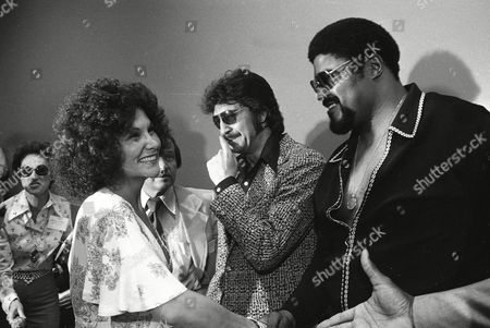 """Linda Lovelace; Rosey Grier; Bo Linda Lovelace, star of the controversial movie """"Deep Throat,"""" gets into the picture with sports personalities, left to right, Bo Belinsky and Rosey Grier, during the American Booksellers Association Convention, in Los Angeles"""