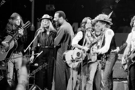 Mitchell Dylan Baez Havens Musicians Roger McGuinn, Joni Mitchell, Richie Havens, Joan Baez and Bob Dylan perform the finale of the The Rolling Thunder Revue, a tour headed by Dylan. Havens, who sang and strummed for a sea of people at Woodstock, has died at 72. His family says in a statement that Havens died, of a heart attack