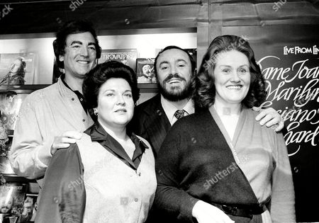 """Pavarotti Horne Sutherland Tenor Luciano Pavarotti, center, mezzo soprano Marilyn Horne, left, soprano Dame Joan Sutherland, right, and conductor Richard Bonynge pose at a news conference in New York City, . Bonynge, Dame Sutherland's husband, will conduct the three opera singers in a performance for public television's """"Live at Lincoln Center"""" program"""