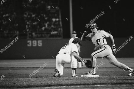 Pete Rose of the Philadelphia Phillies, right, strikes a semi-classical pose for Dodger first baseman Steve Garvey on an unsuccessful pickoff try from pitcher Bob Welch in the third inning at Dodger Stadium, Los Angeles, Calif