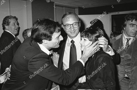 Ron Leibman, Dinah Manoff, Neil Simon Co-star Ron Leibman, left, and Dinah Manoff flank playwright Neil Simon, in New York following the opening of his new play, ?I ought to be in pictures,? during a party at Sarids Restaurant. Dinah Manoff is actress Lee Grant?s daughter also shown actress Linda Lavin and wife of Leibman
