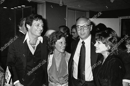 Ron Leibman, Dinah Manoff Co-star Ron Leibman, left, and Dinah Manoff flank playwright Neil Simon, in New York following the opening of his new play, ?I ought to be in pictures,? during a party at Sarids Restaurant. Dinah Manoff is actress Lee Grant?s daughter also shown actress Linda Lavin and wife of Leibman