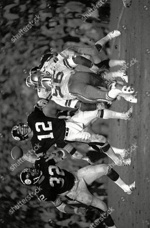 BRADSHAW HARRIS HENDERSON Pittsburgh Steelers quarterback Terry Bradshaw winds up to fire a pass during Super Bowl XIII against the Dallas Cowboys in Miami . Bradshaw fired four touchdown passes and shattered two Super Bowl passing records in leading the Steelers to a 35-31 win over the Cowboys. At left, is Steelers Franco Harris and at right Cowboys Thomas Henderson (56