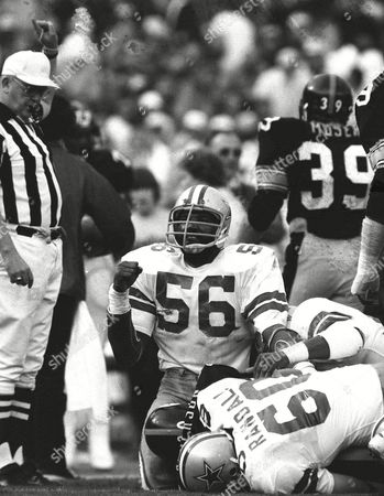 "HENDERSON Dallas Cowboys Thomas ""Hollywood"" Henderson (56) makes a fist after stopping Pittsburgh Steelers Larry Anderson during the second quarter of Super Bowl XIII in Miami in this photo"